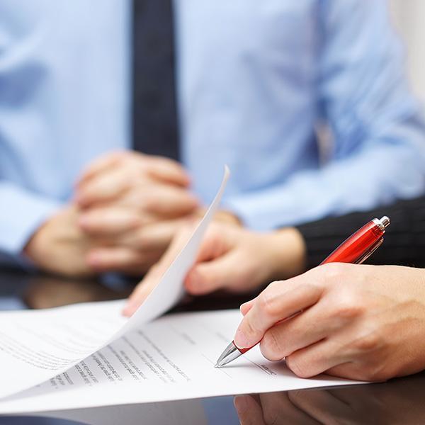 Osoba podpisująca umowę wopiece prawnika