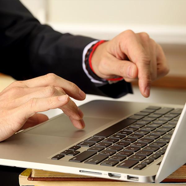 Prawnik używający laptopa